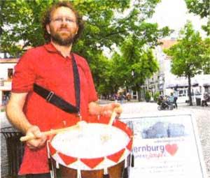 Trommeln auf dem Karlsplatz am 14.06.2011