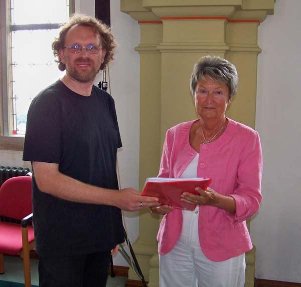 Übergabe der 291 Unterschriften an die Vorsitzende des Stadtrates Frau Marlies Süßmuth (CDU)
