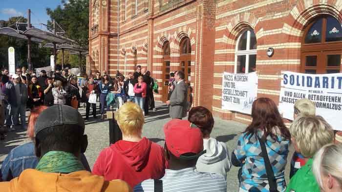 Der Bernburger Bürgermeister spricht zu den Besuchern einer Kundgebung gegen Rassismus vor dem Bernburger Bahnhof und setzt damit ein wichtiges Zeichen der Solidarität mit dem Opfer und gegen Fremdenfeindlichkeit in Bernburg.