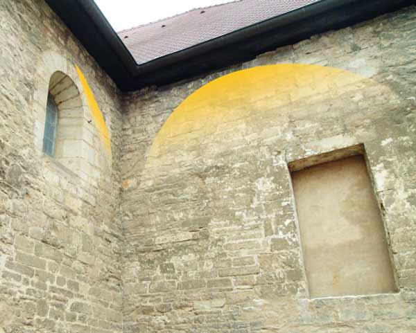 Aufgrund noch erkennbarer Ansätze von Gewölbe-Bögen und der Pfeilervorlagen mit Bogenanfängern kann eine schematische Rekonstruktion der Westempore versucht werden.
