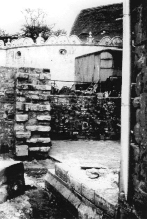 Grabung 1972/73, Blick auf auf die über den Fundamenten der Nordwand neu errichtete Mauer. Die durchgängige Nordwand wurde aufgenommen und auch in der Pflasterung des Schlosshofes an der Kapelle verdeutlicht. Abbildung mit freundlicher Genehmigung von Herrn Ottomar Träger.