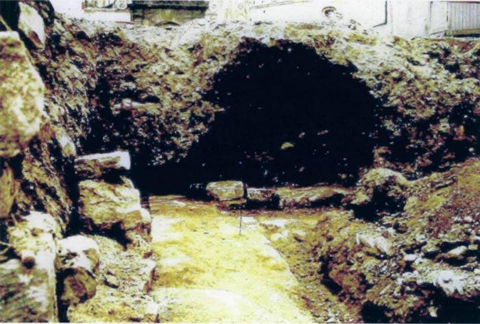 Foto von der Ausgrabung der Burgkapelle in den Jahren 1972/73. Die durchlaufende Nordwand an der Abzweigung zur Chorschranke. Blick nach Osten. Abbildung mit freundlicher Genehmigung von Herrn Ottomar Träger