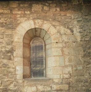 Rechts neben dem westlichen erhaltenen Fenster in der Südwand lässt sich ein ehemaliger Gewölbebogen als helle Verfärbung erkennen.