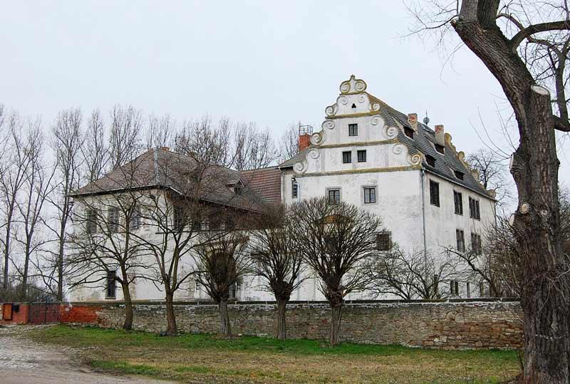 Das Schloss in Großmühlingen. Nach dem Aussterben der Herren von Jabilinze ging die Herrschaft über Groß- und Kleinmühlingen auf die Grafen von Arnstein über. Sie gelten als Erbauer der noch heute sichtbaren Wasserburg. Quelle: Wikipedia, Autor: Olaf Meister, CC BY-SA 4.0