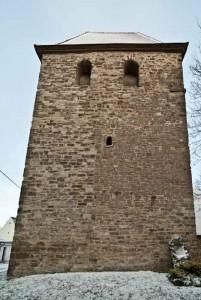 Vertikale Baufuge in der Westwand des Turmes. Kamin befindet sich von hier aus gesehen auf der rechten Seite in der Höhe des kleinen Rundbogenfensters.