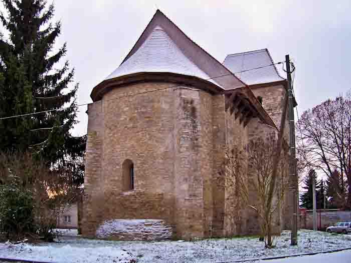 Blick auf die Kirche von Osten.