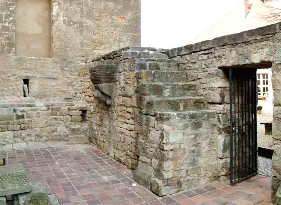Ehemaliger Innenraum der Burgkapelle St. Pankratius mit sekundär verbautem Erkerfuß. Blick in Richtung NW.